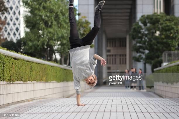 hombre joven de pie en las manos - 22 jump street fotografías e imágenes de stock