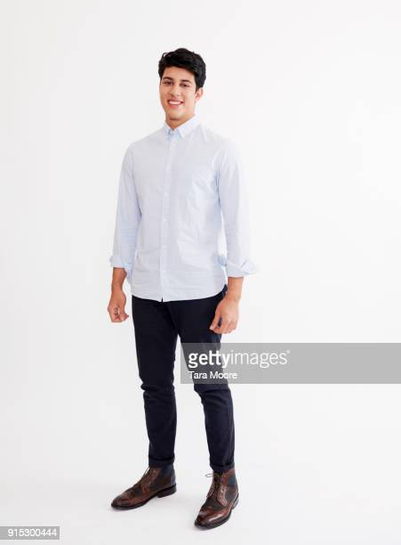 young man standing - cadrage en pied photos et images de collection