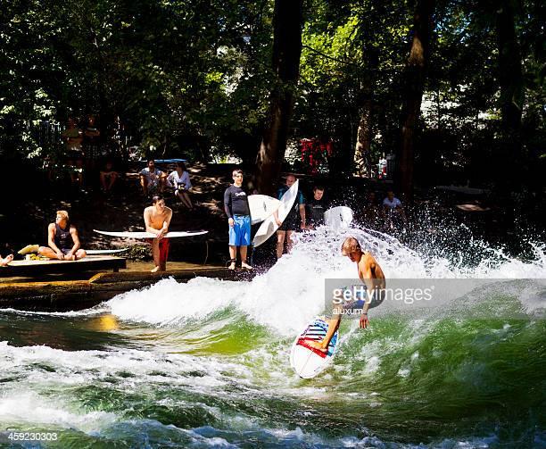 giovane uomo navigare sul fiume eisbach a monaco di baviera germania - fiume isar foto e immagini stock