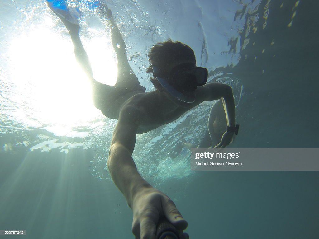 Young Man Swimming Underwater : Foto stock