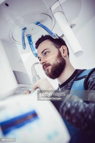 Jeune homme prenant 3D radiographie numérique panoramique de ses dents