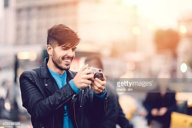 若い男性たビンテージカメラで写真