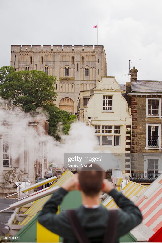 Young man taking a picture of Norwich Castle : Foto stock