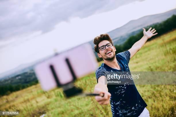 junger mann nehmen selfie. - selbstporträt stock-fotos und bilder