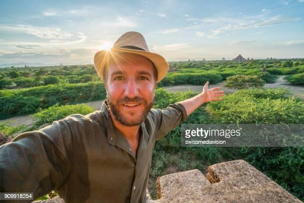 jongeman portretje selfie op de archeologische zone van bagan bij zonsopgang, myanmar - strohoed stockfoto's en -beelden