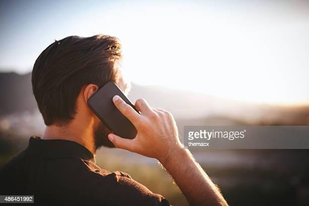 Junger Mann spricht am Telefon