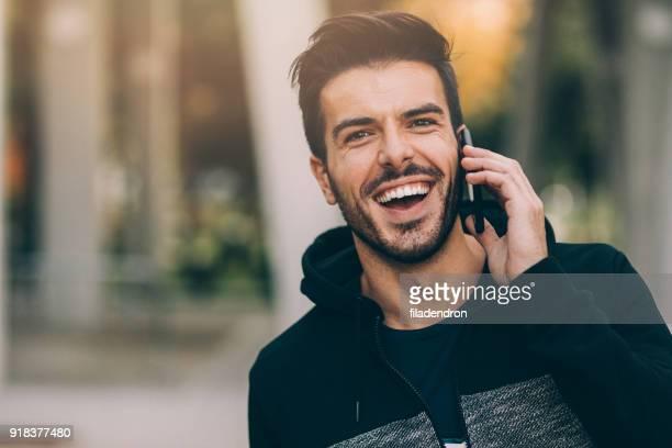 jovem homem falando no telefone - 25 30 anos - fotografias e filmes do acervo