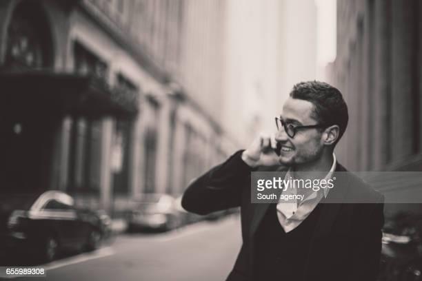 Junger Mann Gespräche auf dem Handy