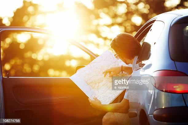 Junger Mann taveling mit dem Auto.