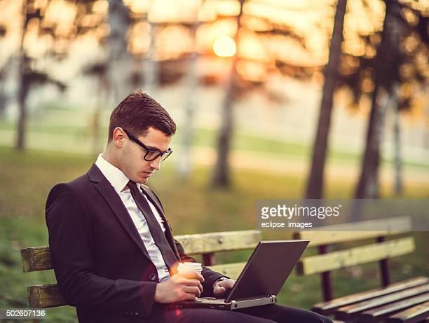 Junger Mann SMS auf laptop