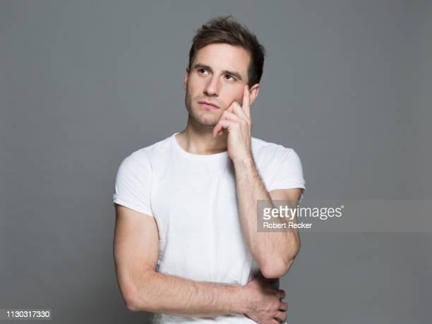 young man thinking - beschouwing stockfoto's en -beelden