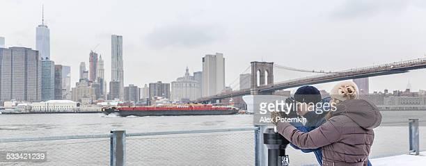Junger Mann, Touristen, die nach Manhattan mit Fernglas