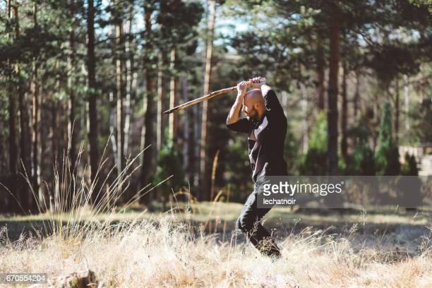 若い男、自然にトレーニング格闘技