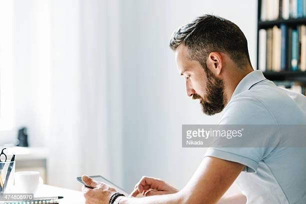 Junger Mann mit tablet-computer
