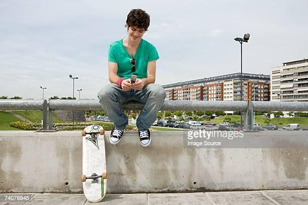 携帯電話を使用して若い男性