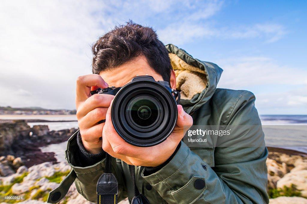 Joven usando cámara DSLR : Foto de stock