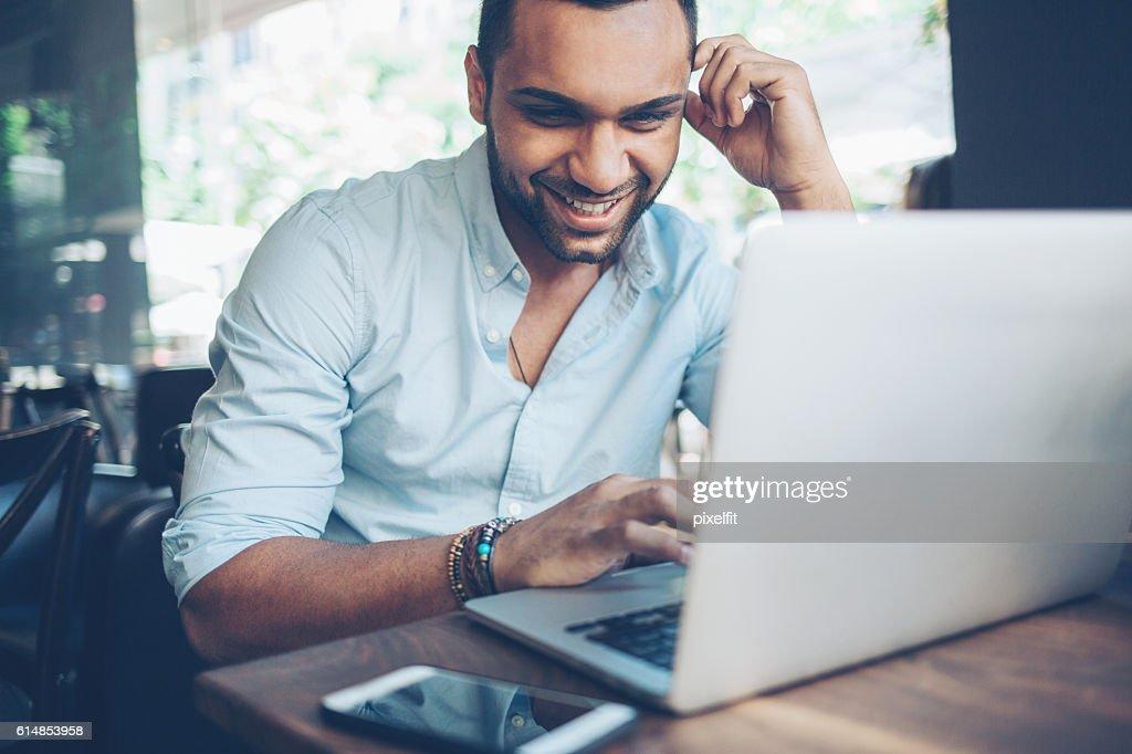 Junger Mann mit laptop  : Stock-Foto