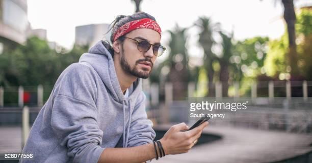 Joven usando teléfono