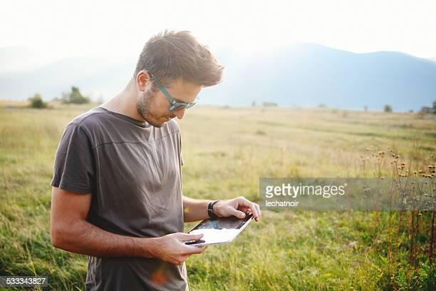 Junger Mann mit tablet-PC im Freien