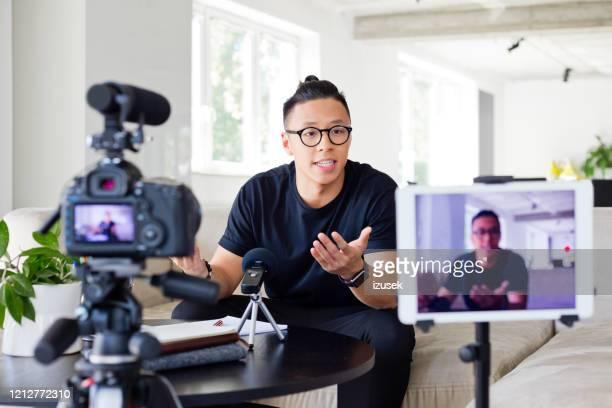 jonge mens vloggen - izusek stockfoto's en -beelden