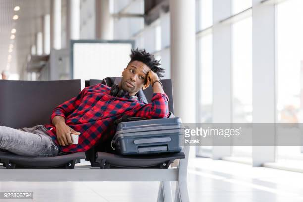 giovane in attesa di volo nella lounge dell'aeroporto - izusek foto e immagini stock