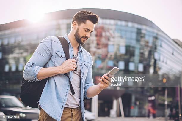Junger Mann warten auf taxi