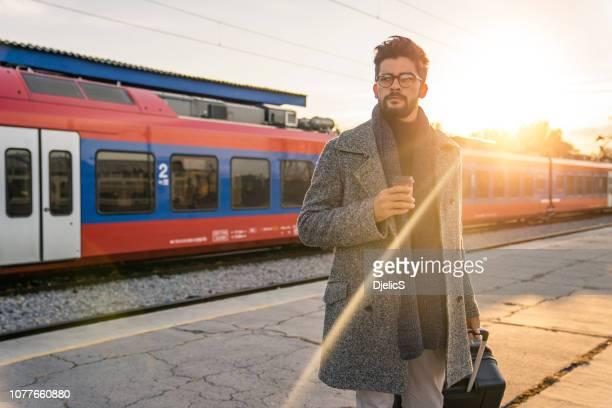 鉄道駅に輸送を待っている若い男。 - 地下鉄駅 ストックフォトと画像