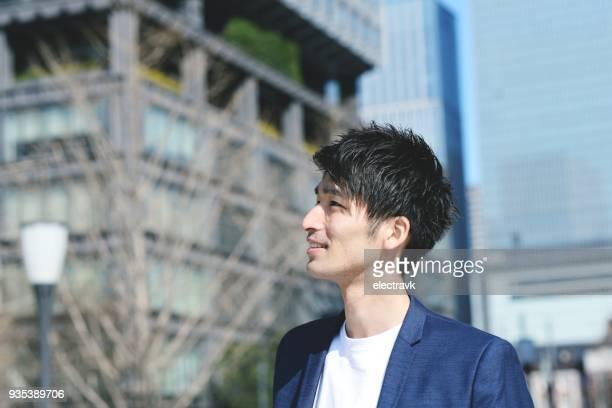 外を歩く若い男 - スマートカジュアル ストックフォトと画像
