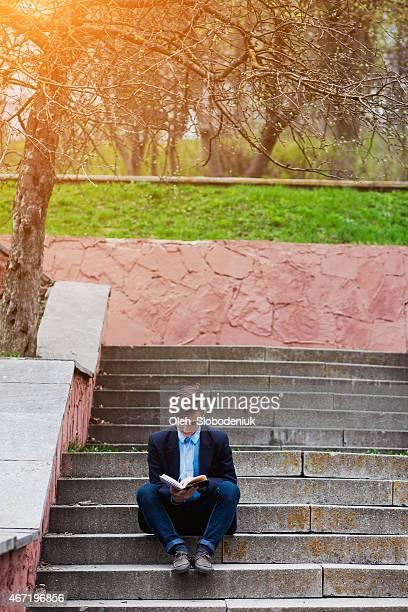 Junger Mann zu Fuß im park