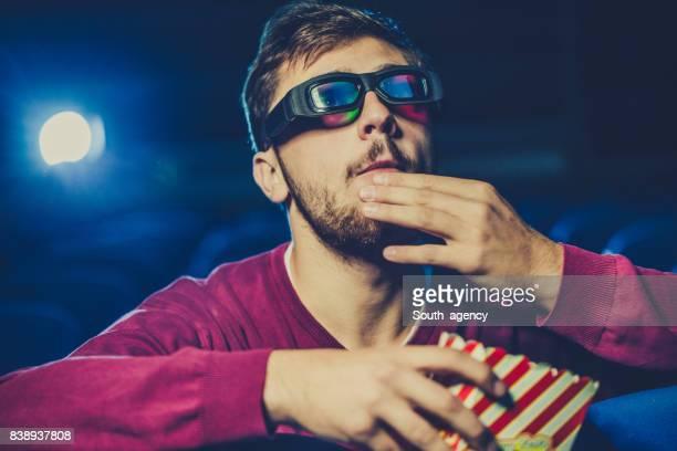 Jonge man kijken naar film in theater