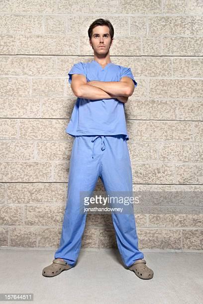 jeune homme portant blue gommages - grand angle photos et images de collection