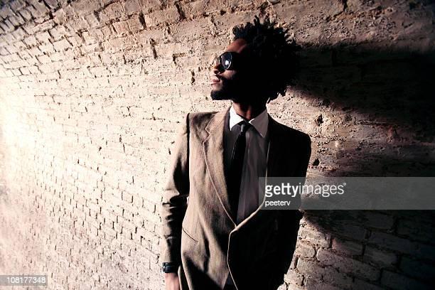 Young Man Wearing traje de pie en el túnel y