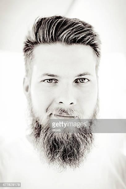 若い男性、長いひげ