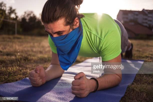 バンダナが屋外で板をやっている若者 - ゲートル ストックフォトと画像