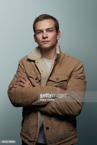 young man with crossed arms looking in camera - 20 24 jaar stockfoto's en -beelden