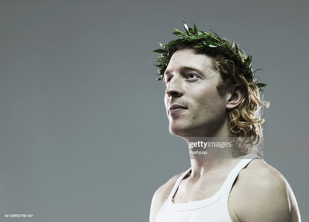 Young man with crown of leaves on head, close-up : Foto stock