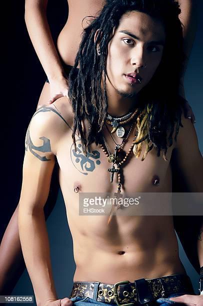 Jeune homme avec des Dreadlocks et tatouages