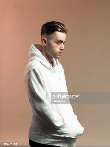 young man with hands in pockets - hände in den taschen stock-fotos und bilder