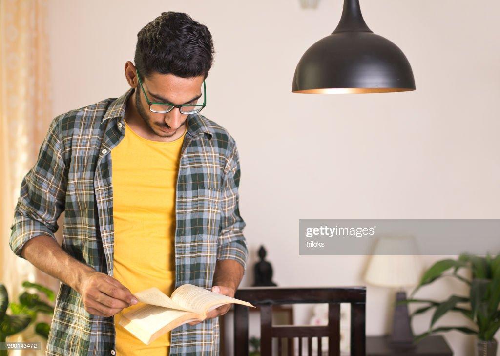 Junger Mann mit seinem Tagebuch : Stock-Foto