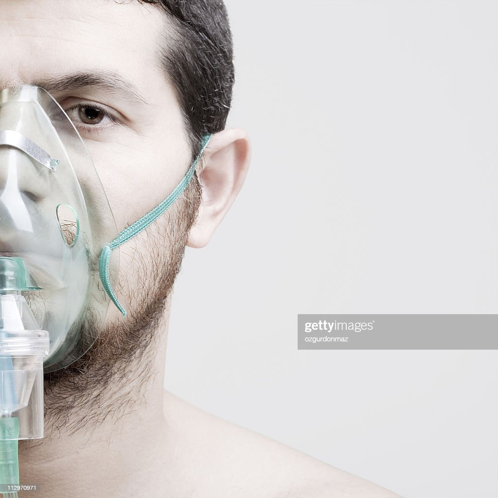 Young man with oxygen mask : Stockfoto