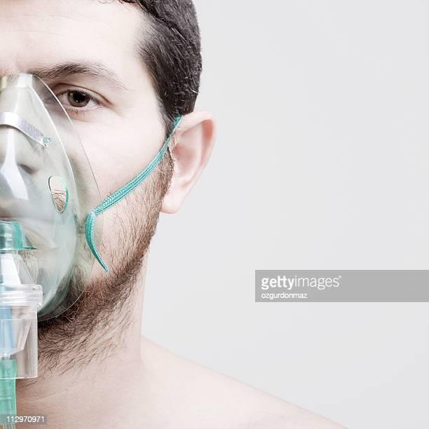 young man with oxygen mask - zuurstofmasker stockfoto's en -beelden