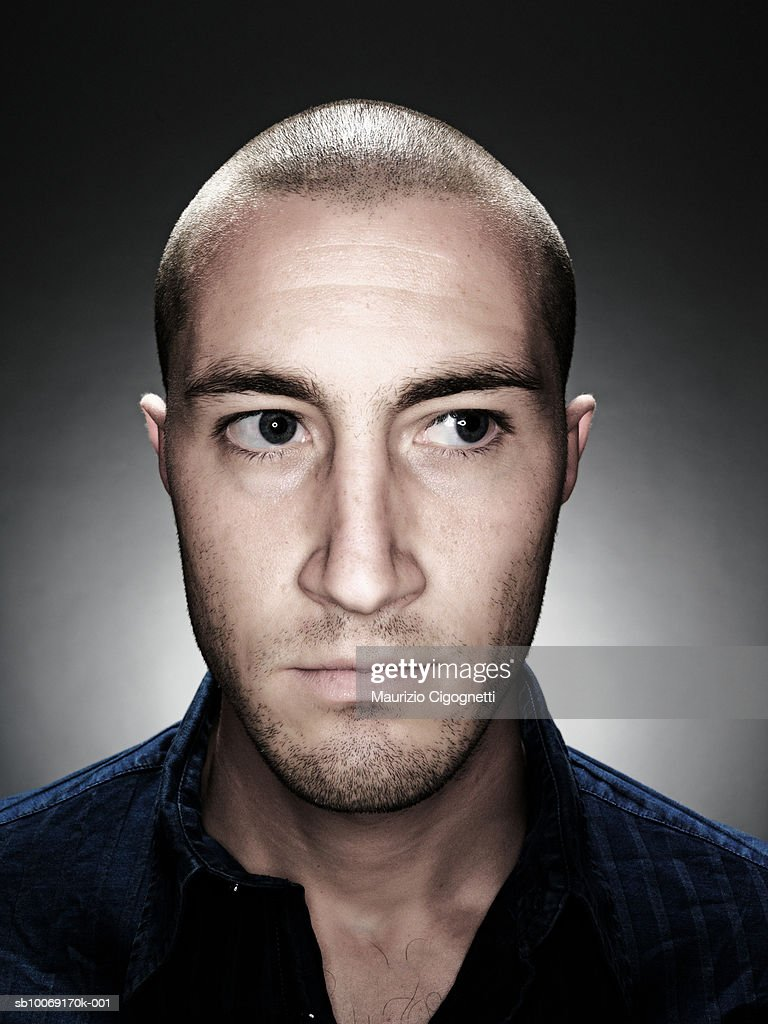 Young man with shaved head, close up, studio shot : Stockfoto