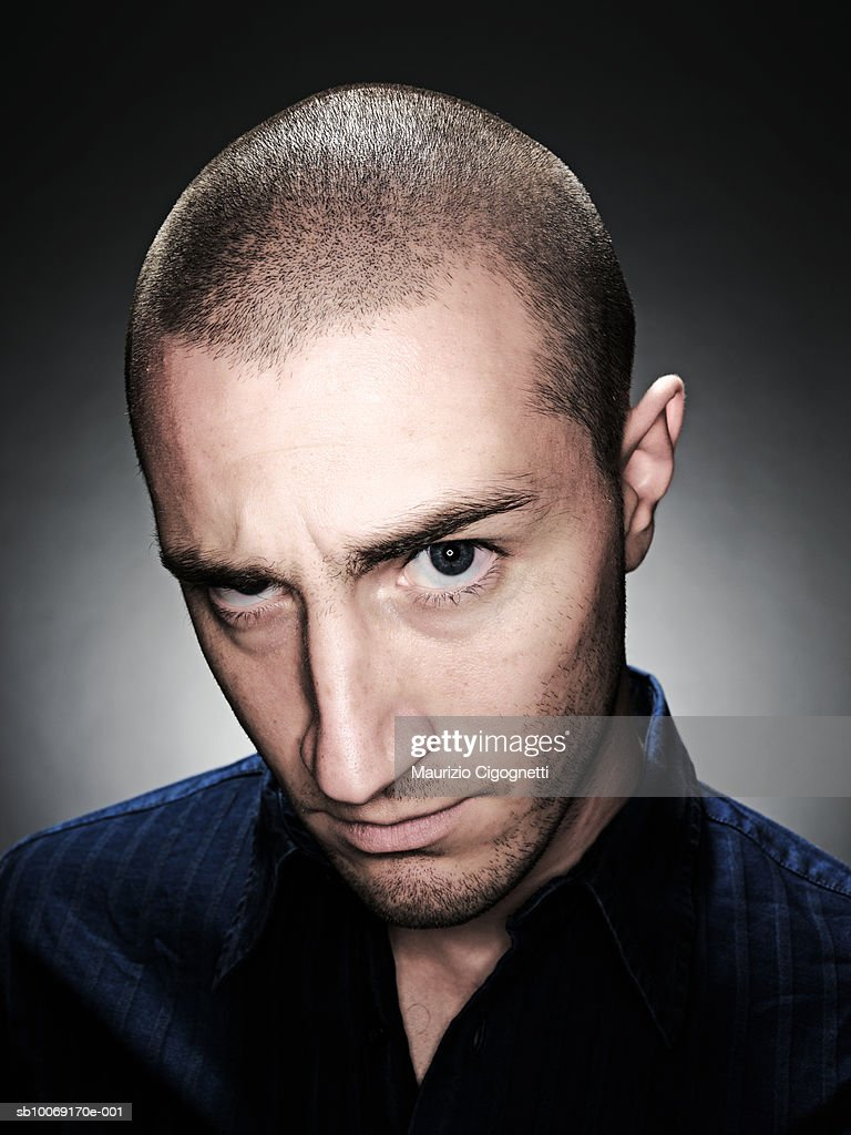 Young man with shaved head, portrait, studio shot : Stockfoto