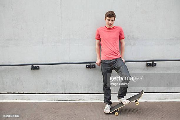 young man with skateboard - 18 19 jahre stock-fotos und bilder