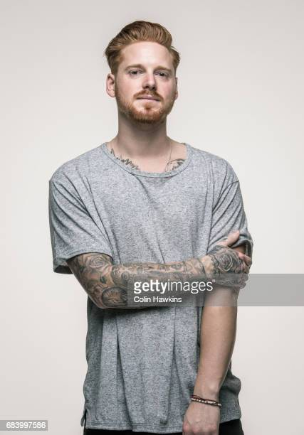 young man with tattoos - 25 30 anos - fotografias e filmes do acervo