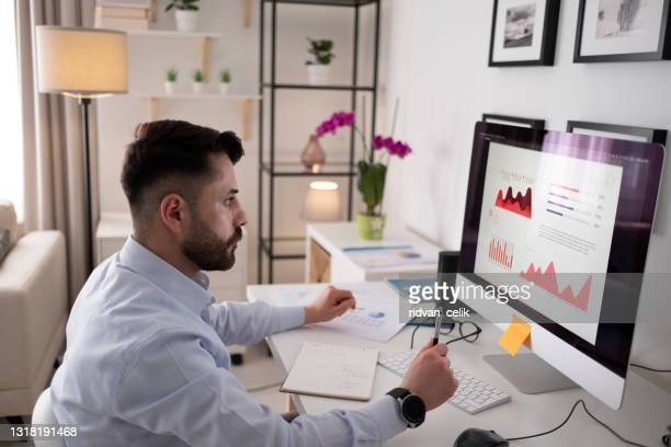 jonge mens die thuis in de avond werkt - flexplekken stockfoto's en -beelden