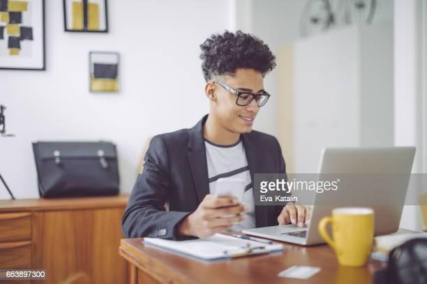 Jonge man aan het werk thuis kantoor