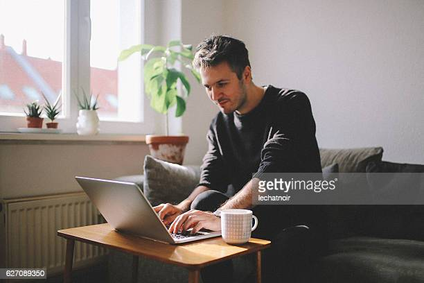 Junger Mann, Arbeiten von Zuhause