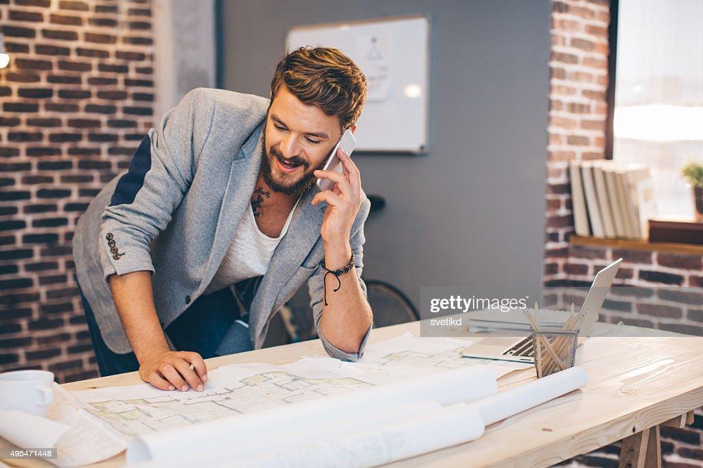 Jeune homme travaillant sur bureau moderne photo getty images