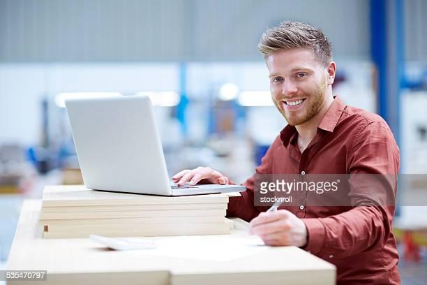 Junger Mann arbeitet in einem Lagerhaus